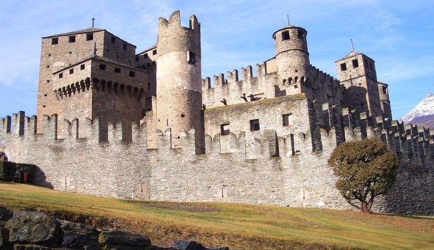 gita scolastica e uscita didattica per visitare il castello di fenis